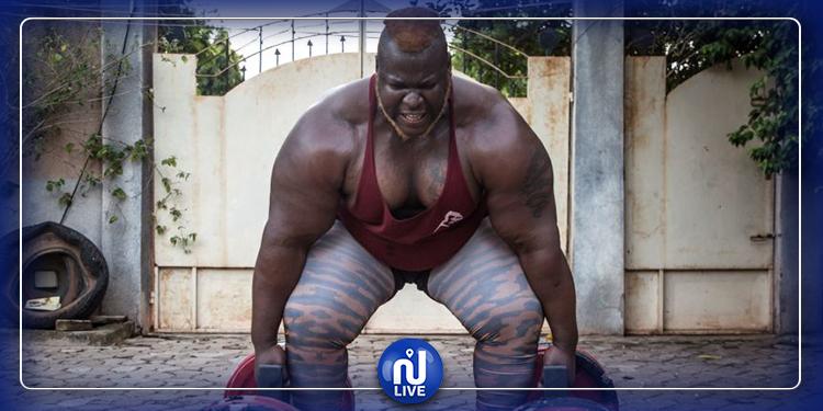 أقوى رجل في أفريقيا يتناول 8 دجاجات يوميا!